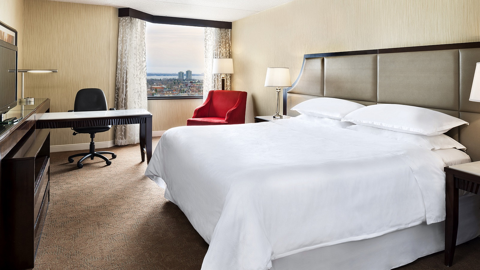 Traditional King Guest Room | Sheraton Hamilton Hotel